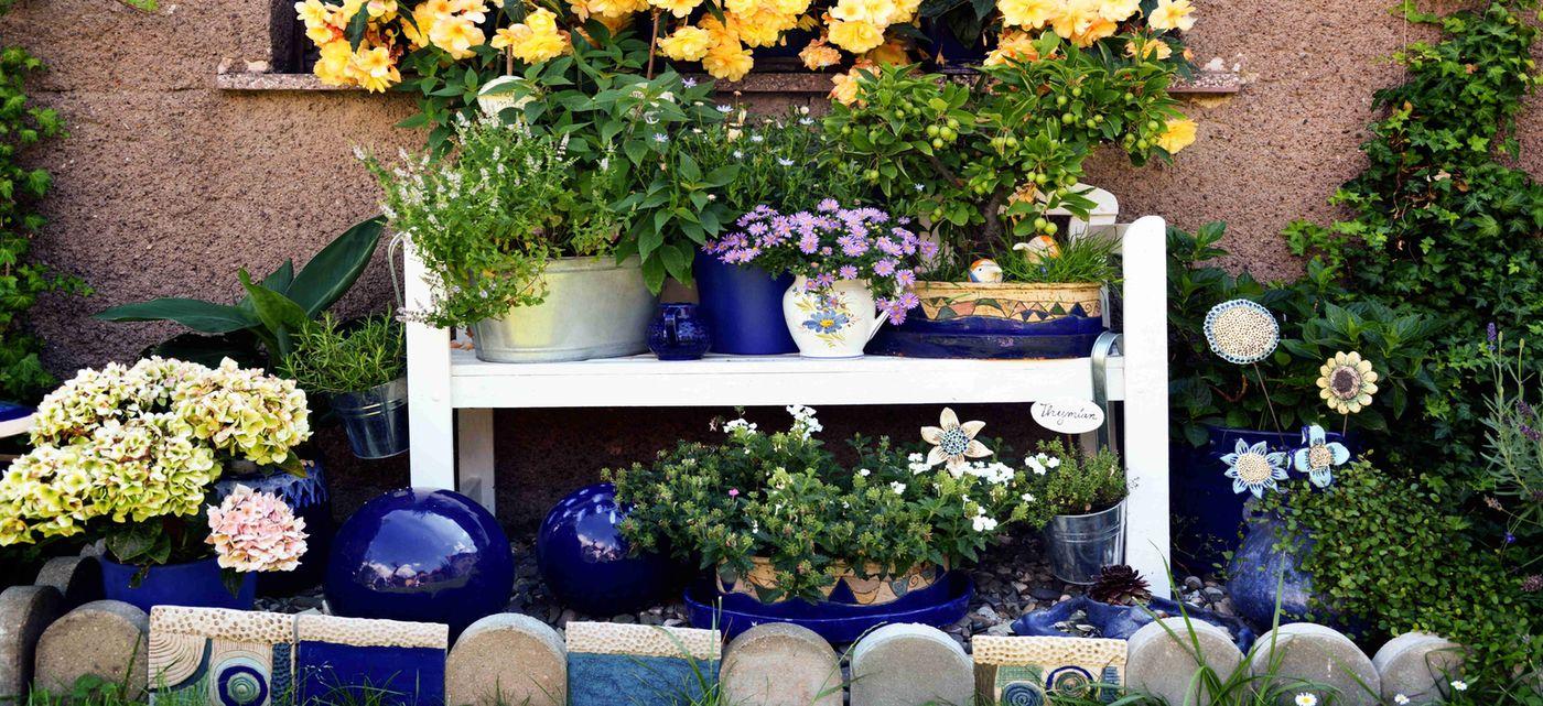 Blaue Keramik auf einer Holzbank