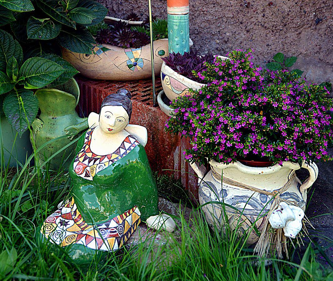 Gartenecke mit Gartenkeramiken